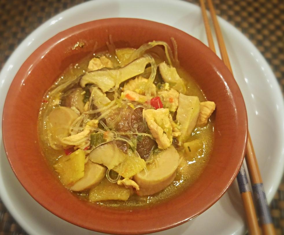 Zuppa di funghi, pollo e bambù con vermicelli di soia senza glutine.