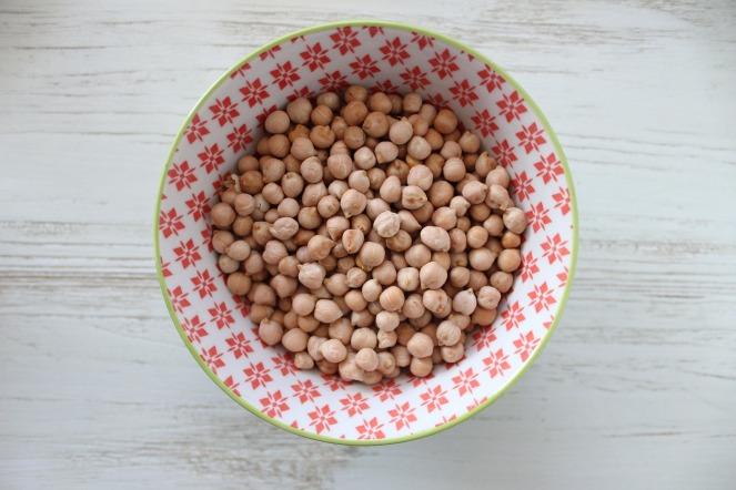 Se non si utilizzano ceci in scatola, ma quelli secchi è necessario metterli a bagno in acqua. L'ammollo dei ceci fa sì che l'amido assorba l'umidità ed i semi riprendano la naturale consistenza e volume.