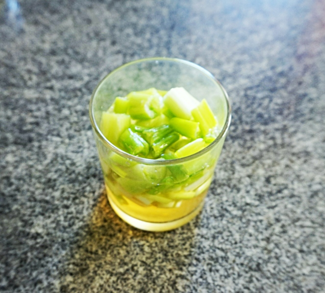 Il cipollotto, tagliato a rondelle, viene posto in un bicchiere d'acqua e aceto per far sì che perda parte del tipico sapore pungente e guadagni in digeribilità.