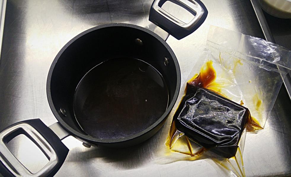 La preparazione del fondo bruno è molto lunga e rende questa salsa un ingrediente davvero molto prezioso. Una volta pronto lo si conserva per qualche giorno in frigorifero oppure diverso tempo in freeszer, magari sottovuoto.