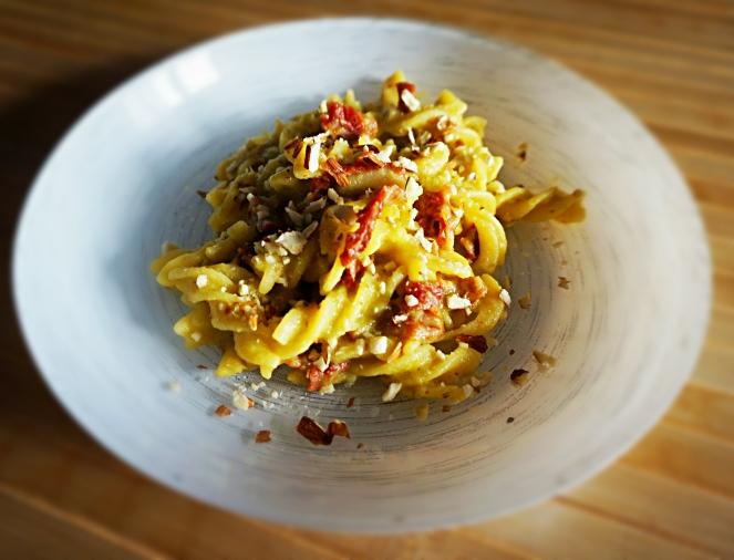 I fusilli gluten free alla crema di cavolini di Bruxelles, pomodorini essiccati e mandorle sono un primo piatto saporito e vegano.