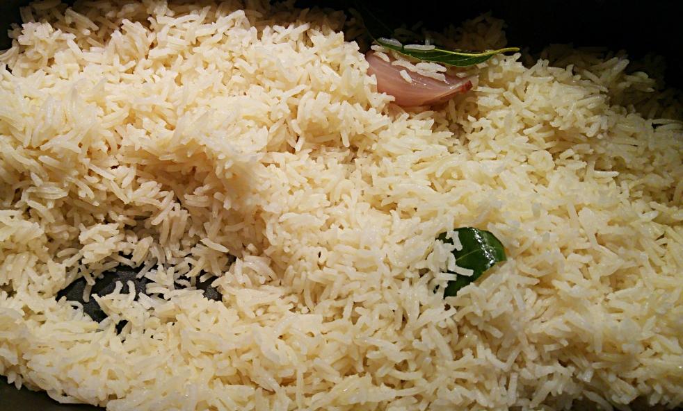 Riso basmati alla pilaf: una ricetta semplice e naturalmente priva di glutine, profumata e perfetta per accompagnare piatti speziati a base di verdure, di carne, di pesce o deliziosi crostacei.