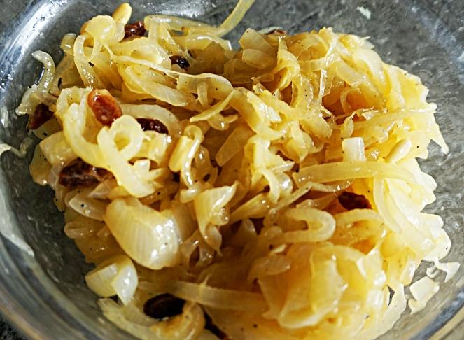 Una volta pronto il saor si può procedere a marinarvi le sarde, completando questa tipica ricetta veneziana nella nostra versione gluten free.