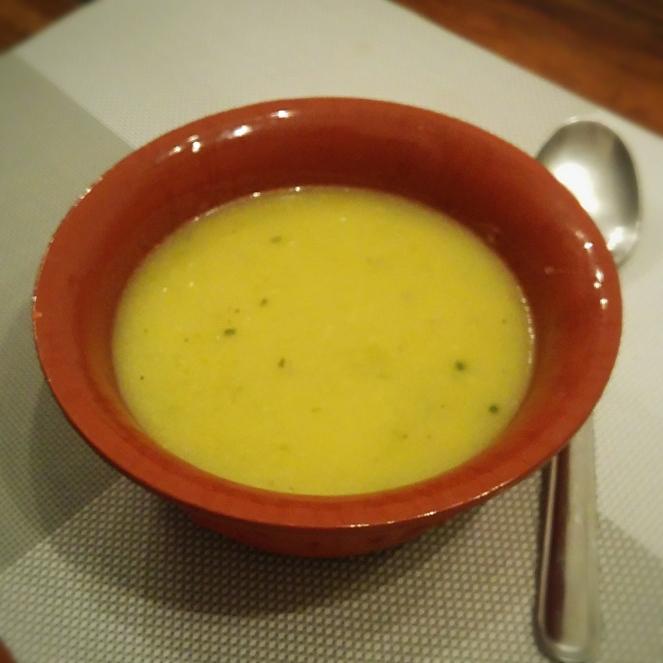 La zuppa di patate e porri non è solo gustosa e sana, ma è anche il modo ideale e naturalmente senza glutine per iniziare un pasto nei mesi più freddi.