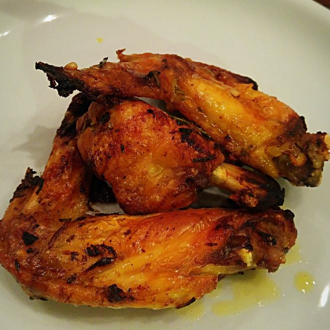 Dopo 30/40 minuti in forno ecco pronte le alette piccanti. Poiché il pollo crudo o poco cotto è immangiabile e pericoloso per la nostra salute, è buona norma controllare che la cottura sia avvenuta correttamente.