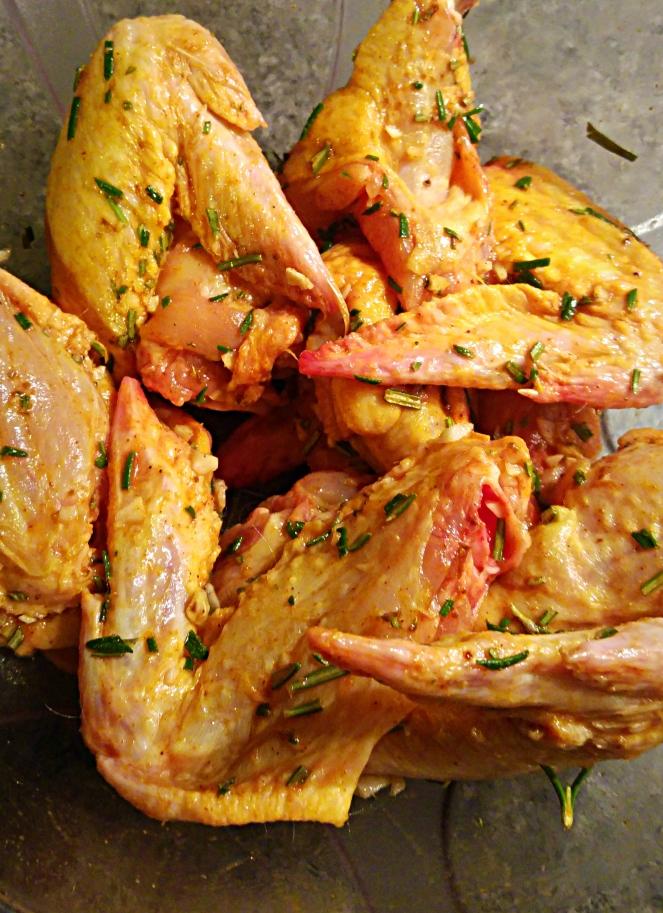 Le ali di pollo vengono lasciate marinare con le spezie per una buona mezzora.