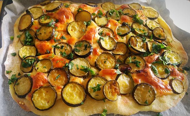 Succulenta teglia fumante di pizza senza glutine con scamorza affumicata e zucchine alla poverella