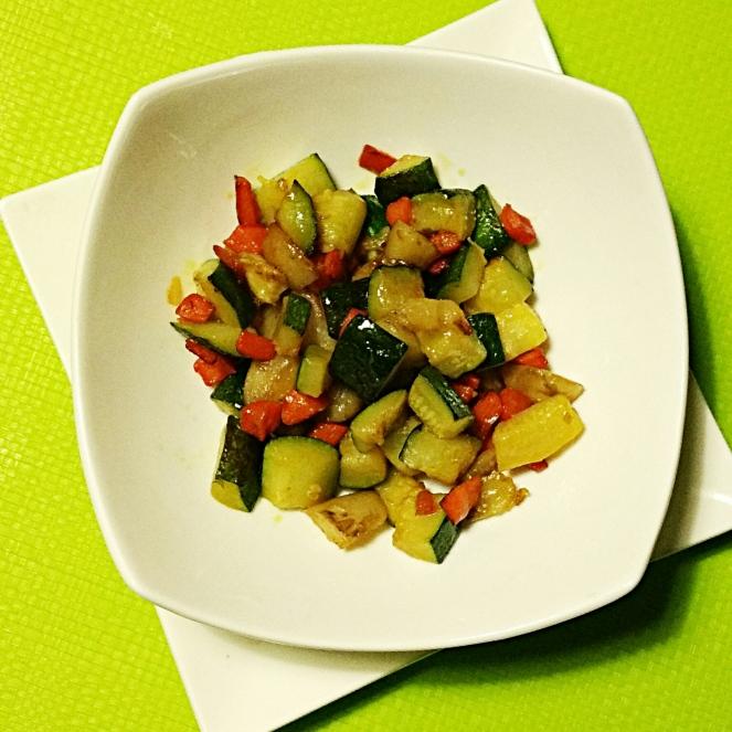 Topinambur con zucchine e carote saltati in padella.