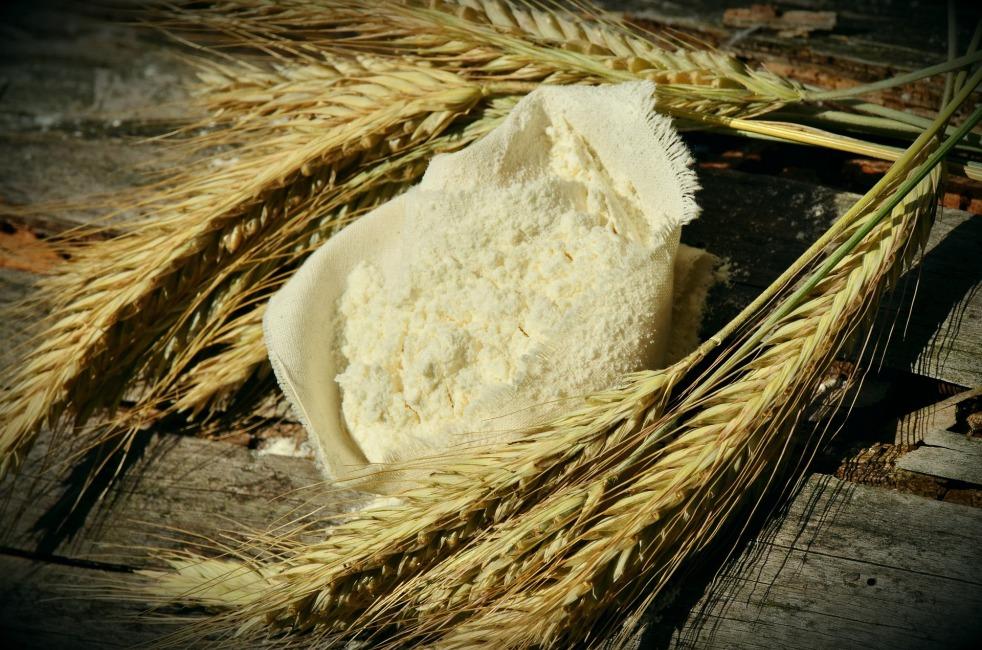 Farina di grano contenente glutine: i celiaci devono evitarla, ma per molti oggi mangiare senza glutine è diventata una moda.