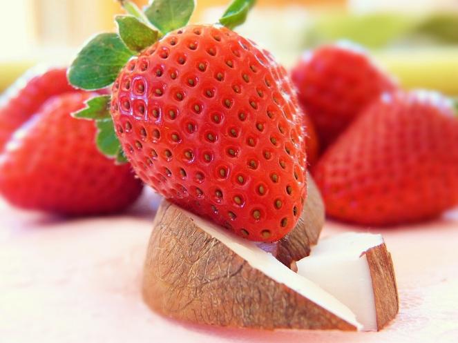 I due frutti alla base della ricetta: fragole e cocco. Questo semifreddo fresco e delizioso è naturalmente privo di glutine, uova e latte. Volendo, le fragole possono essere sostituite con altra frutta fresca come, ad esempio, albicocche, pesche, mango o frutti di bosco.