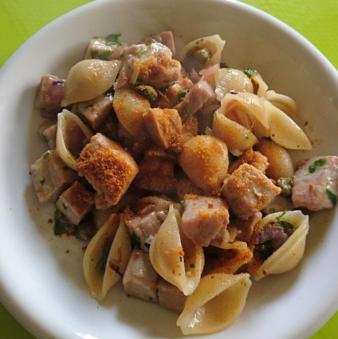conchiglie_senza_glutine_con_tonno_cipolla_di_tropea_capperi_e_bottarga